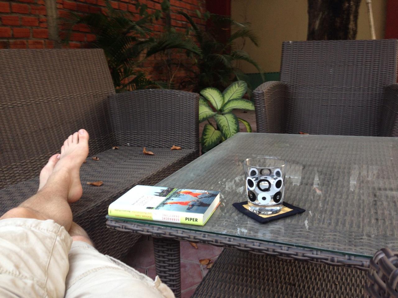 Bild von meinen Füßen und einem Buch