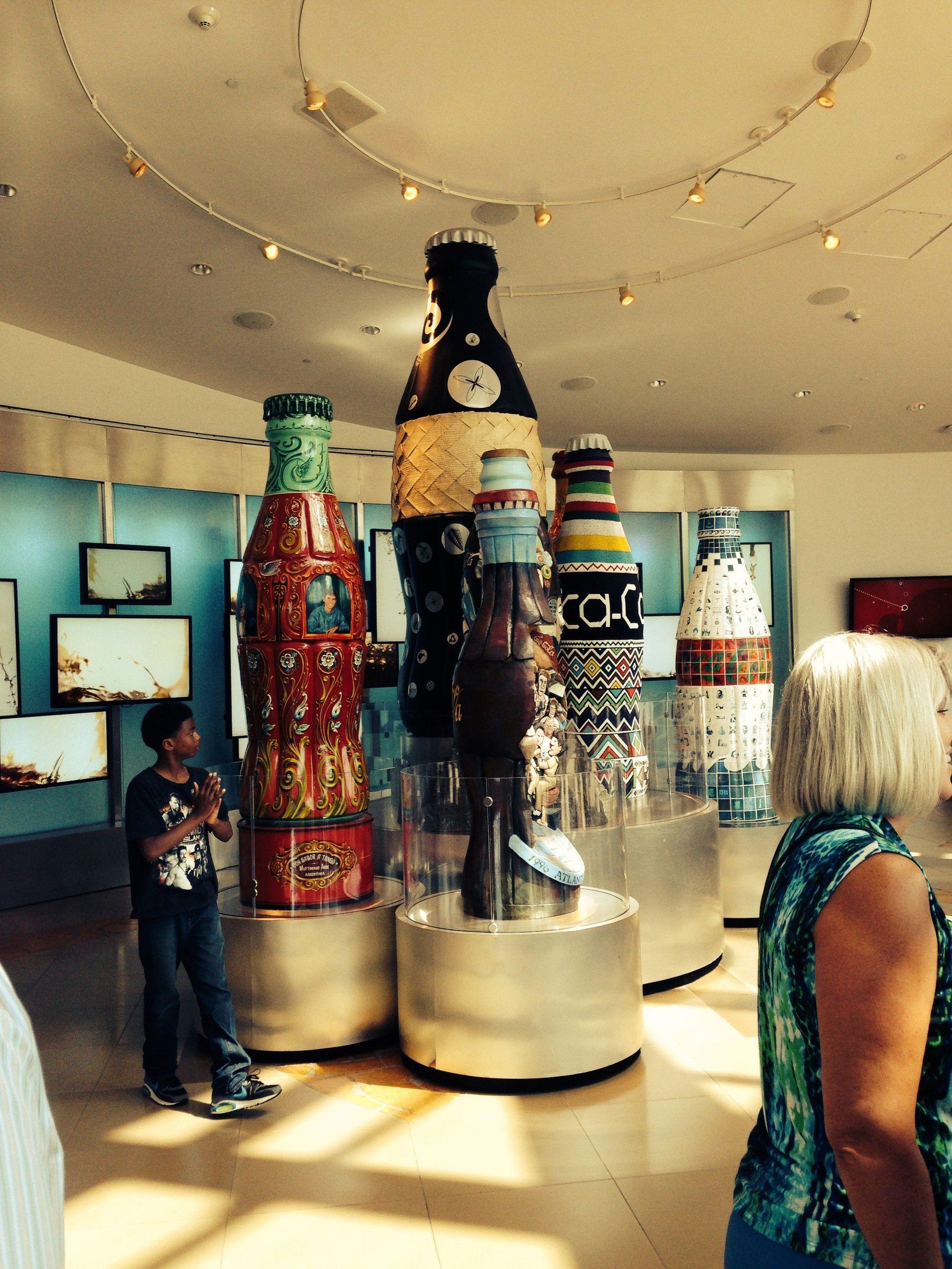 Große Flaschen im Coca Cola Museum
