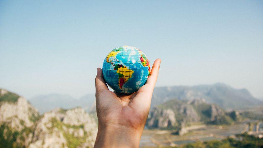 Eine Hand die einen Globus hält
